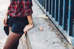 chemise à carreaux + short noir + collants plumetis