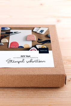 Schnitzt eure eigenen Stempel mit diesem DIY Set – ein perfekter Einstieg in die Welt der Drucktechniken! Alle notwendigen Materialien sind dabei. Material, Container, Diy, Printmaking, Wood Carvings, World, Tutorials, Creative, Bricolage