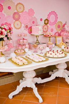 Preciosa mesa con fondo de doilies :: Gorgeus dessert table with doilies backdrop