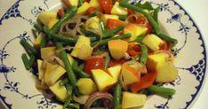 1 håndfuld rocula 1 æble 1 håndfuld grønne bønner 1 rød peberfrugt 7 cherrytomater 1 skalotteløg eller rødløg Eddikedressing med dijonsenn...