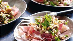 Hapje met rauwe ham, noten, paddenstoelen en bladpeterselie