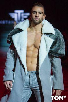Bloques de color de aspecto futurista y el uso de pieles forman parte de la colección de invierno de Tristan Lucid en la semana de la moda de Toronto