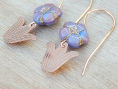 Boucles d'oreilles fleurs,boucles d'oreilles cuivre,idée cadeau noël,cuivre gravé,petit prix,perles de verre,fait main. : Boucles d'oreille par ambreline