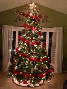 Diy christmas tree 628674429218275140 - 16 Charming 50 Most Beautiful Christmas Trees Source by elnorahome Red And Gold Christmas Tree, Christmas Tree Inspiration, Elegant Christmas Trees, Classic Christmas Decorations, Ribbon On Christmas Tree, Christmas Tree Design, Christmas Tree Themes, Noel Christmas, Christmas Tree Decorations