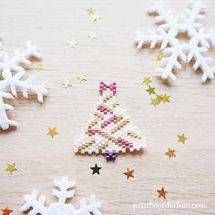 """Voici le deuxième motif de sapin  de ma petite collection """"Noël doux et girly"""" qui a l'air de bien vous plaire . Rendez-vous sur le blog pour les diagrammes et dans ma story pour une petite danse de sapin . Allez c'est déjà mercredi, on se motive!  #motifpetitboutdechouhk #noelmiyuki #petitboutdechouhk #tissagemiyuki #tissageperles #jenfiledesperlesetjassume #perlesaddict #miyuki #miyukiaddict #decorationnoel #christmasbeading #beadlover #beadaholic #beadweaving #sapindenoel #christm..."""