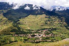 """Un sat din judeţul Alba este considerat printre cele mai frumoase din România, şi asta nu o spun redactorii ziarului """"Unirea"""" ci redactorii celor de la mondonews, care au realizat un reportaj extraordinar despre localitatea Rimetea, o aşezare renumita pentru istoria sa zbuciumata, arhitectura unică, precum şi pentru peisajul mirific care se deschide cât vezi …"""