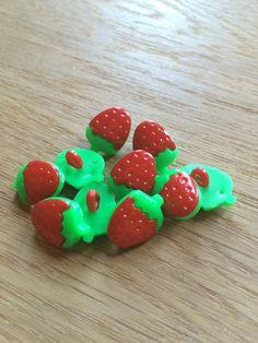 10 Strawberry Buttons by VickysJewellery on Etsy Strawberry Fruit 7bfbaf9263bc0