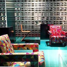 Gerrit Rietveld's 1935 Utrecht chair covered in Boxblocks. cr @luxemagazine  #chair #furnituredesign #midcenturymodern #design #design123 #designerfurniture #inspirasjon #inspiration #interior #interiør #blockprint #fabric #utrecht