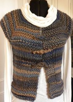 Knitting Patterns Vest Here is a nice top down knitted vest - there is a tutorial in French and one in English on the site! Knit Vest Pattern, Knitting Patterns, Knitting Yarn, Free Knitting, Knit Or Crochet, Nice Tops, Knitwear, English, French