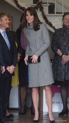 In December the Duchess of Cambridge (Kate Middleton) debuted the Reiss Rubik Houndstooth coat while visiting Action on Addiction in Wiltshire. Looks Kate Middleton, Estilo Kate Middleton, Kate Middleton Outfits, Princess Kate Middleton, Royal Fashion, Look Fashion, Womens Fashion, Princesa Kate, Prince William And Kate