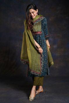 Casual Indian Fashion, Indian Fashion Dresses, Dress Indian Style, Ethnic Fashion, Indian Outfits, Simple Kurti Designs, Kurta Designs Women, Kurta Patterns, Indian Designer Suits