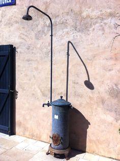 Chauffe-eau ancien en cuivre oxydé transformé en douche solaire