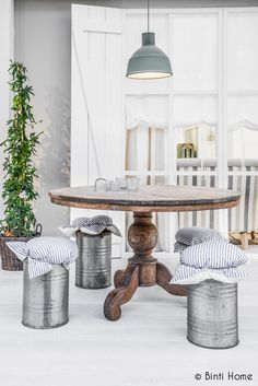 Unique idea for outdoor dining table and chairs Beach Furniture, Diy Furniture, Dining Table Chairs, Wood Table, Outdoor Restaurant, Shabby Chic Interiors, Up House, Home And Living, Living Room