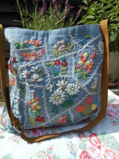 Cath Kidston Embroidered canvas leather bag rare - Best Sewing Tips Artisanats Denim, Denim Purse, Blue Denim, Patchwork Bags, Quilted Bag, Jean Purses, Purses And Bags, Rare Clothing, Denim Handbags