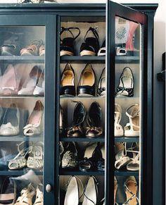Sapatos em cristaleiras