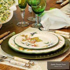 As cores e a elegância fazendo a diferença nessa mesa  pronta para receber os amigos.