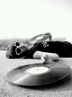 Record girl laying on the hot pavement with LPs - no longer suitable for playing.but a nice picture nonetheless. Lps, Music Is Life, My Music, Pub Radio, Vinyl Cd, Vinyl Music, Vinyl Junkies, Montage Photo, Vinyls