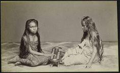 Indonesia, Java ~ Twee op de grond zittende Javaanse meisjes