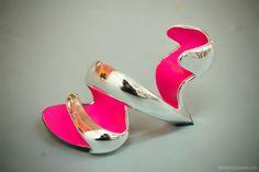 Prostota ujęta przez Juliana Hakes w bardzo ciekawej formie. Chcielibyśmy sprawdzić jak się chodzi w takich butach!