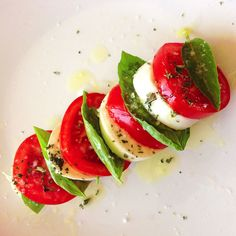 Insalata caprese La Tourtiere, Salade Caprese, Sauce Bolognaise, Small Business Solutions, C'est Bon, Food, Table, Entrance Halls, Vinegar