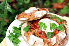 Gulasch im knusprigen Brotlaib. Mit Sojachunks, Pastinake, Champignons, Karotte, Kartoffel und Tomaten. Dazu noch etwas Petersilie und ein kräftiger Schlag gepfefferter Sojajoghurt.