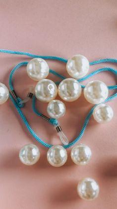 The Mora Smoothie fashion blog, DIY fashion by Paola Buonacara: DIY catena per occhiali Diy Fashion, Smoothie, Pearl Necklace, Blog, Crafts, Jewelry, Bead, String Of Pearls, Manualidades