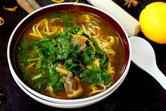 Przepis na doprawioną zupę z kaczki w chińskim stylu z lekkim aromatem pomarańczy i przypraw, z makaronem i szpinakiem. Thai Red Curry, Ramen, Cooking, Ethnic Recipes, Food, Kitchen, Essen, Meals, Yemek