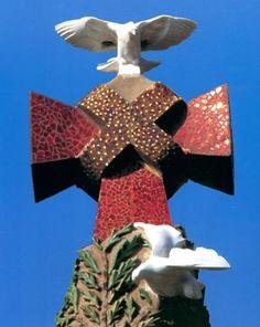 Croix couronnant le cyprès au centre de la façade de la Nativité