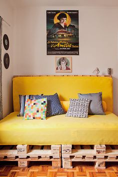 All kinds of decoration and decoration ideas as design, design free of charge are published on our website. You can come to our website to come up with designs that can bring ideas to your Crazy Bedroom With Pallet Project Design Ideas Pallet Beds, Pallet Sofa, Pallet Furniture, Bedroom Couch, Bedroom Furniture, Bedroom Decor, Diy Casa, Awesome Bedrooms, Decoration