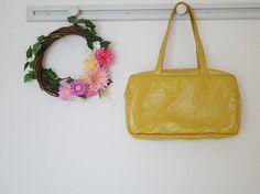 (約)縦20㎝ 横35㎝ 底10㎝ 持ち手55㎝黄色が目立つ四角いバッグ。中身もたっぷり入って、ファスナーも付いているので使いやすいバッグとなっております。|ハンドメイド、手作り、手仕事品の通販・販売・購入ならCreema。