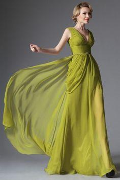 Splývavé společenské šaty na široké ramínka střih antického stylu hluboký V výstřih sahající až k pasu nabíraný živůtek rozparek na levé straně materiál je tencel délka 155 cm od ramene k přednímu lemu
