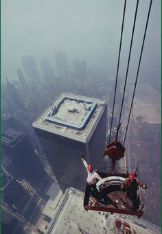 Ironworkers from Local 40 building the World Trade Center antenna in New York, 22 Moments in History That Can Make Our Hearts Skip a Beat World Trade Center Attack, World Trade Center Nyc, Trade Centre, World Trade Towers, Photographie New York, Photos Rares, North Tower, Historical Photos, Old Photos