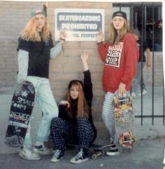 Is 27 too old to take up skateboarding? Maybe I'll just carry a skateboard around Girls Skate, Skate Style Girl, Skater Girl Style, 1990 Style, Skater Girl Outfits, Skater Boys, Mode Vintage, Vintage Style, Girl Gang
