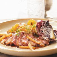 Ricardo& Recipe : Duck Breasts with Radicchio, Apples and Maple Syrup Maple Syrup Recipes, Ricardo Recipe, Duck Confit, Peking Duck, Roast Duck, Luxury Food, Yummy Food, Meals, Dinner