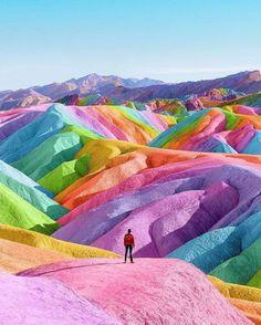 Sanatçı, Rainbows'ta Resimleri Kapar Herşey Renkli Bir Lekeyle Daha İyidir