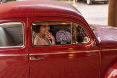 Casamento Giovanna e Leonardo | Curitiba | Fotografia: Nos Olhos Teus | Fotógrafos de Casamento - chegada da noiva, fusca vermelho, chuva