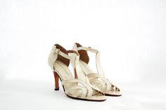 JOSEFINE Capellada: Cabretilla color manteca nacarada. Forro: En cuero muy suave. Altura de taco : 8 cm. Cómoda plantilla. Colores: Combinación a tu gusto. #shoes #bridal #wedding #design #lailafrank #white #novia #luxury #boda #casamiento #party #zapato #tacos Kitten Heels, Tacos, Bride, Sandals, Shoes, Fashion, Template, Mariage, Leather