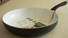 Zeer fraaie koekenpan met keramische coating en soft grip handvat.De pan is geschikt voor alle warmtebronnen, ook voor inductie.Makkelijk schoon te maken, even afspoelen en afdrogen.Afmeting: Ø 28 cm.