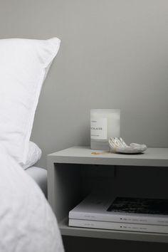 Hyllene er laget av mdf-plater og malt i samme farge som veggen. Gray Interior, Home Interior, Interior Design, Beautiful Bedrooms, Beautiful Interiors, White Floorboards, Peaceful Bedroom, Bookcase Headboard, Lounge