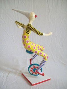 Escultura em papel de palhaço montado num monociclo. R$ 120,00