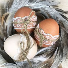 Decorate Easter eggs instead of coloring them? - Feather nest for Easter Informations About Ostereier schmücken statt färben? Easter Table, Easter Eggs, Easter Decor, Easter Ideas, Ostern Party, Easter Arts And Crafts, Decoration Vitrine, Easter Holidays, Egg Decorating