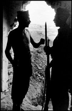 Gerda Taro photography @Qomomolo - Republican dinamiteros, Carabanchel neighborhood of Madrid, June 1937