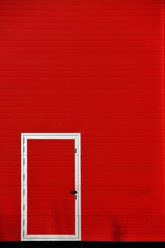 ❤ red door and red wall Red Wallpaper, Wallpaper Backgrounds, Wallpapers, Minimal Photography, Photography Blogs, Iphone Photography, Urban Photography, Color Photography, White Photography