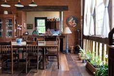 Na sala de jantar com abertura para a cozinha predomina a madeira (Foto: Lufe Gomes / Editora Globo)
