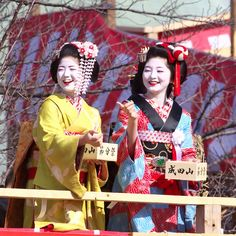 Maiko Katsuna on left , Maiko Satsuki (now geiko) on right