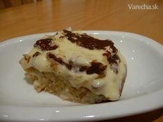 Koláč Orgazmus :) 1,5  hrnčeka polohrubá múka 1,5  hrnčeka krupicový cukor 2 ks vajce 1 vrecko prášok do pečiva 1  ČL sóda bikarbóna  celá plechovka ananásový kompót 2 ks nátierkové maslo bez príchute vanilkový puding kupovaný v kelímku 1 PL krupicový cukor 1 vrecko vanilkový cukor vlašské orechy na posypanie 1 tabuľka varová čokoláda veľká
