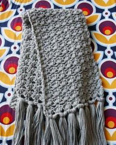 basic but pretty and with fun little fringes Crochet Cross, Knit Or Crochet, Crochet Scarves, Crochet Shawl, Crochet Clothes, Knitting Projects, Crochet Projects, Knitting Patterns, Crochet Patterns