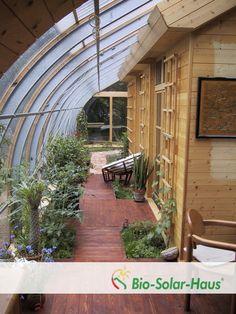Wintergarten eines Bio-Solar-Hauses über die gesamte Hausbreite.