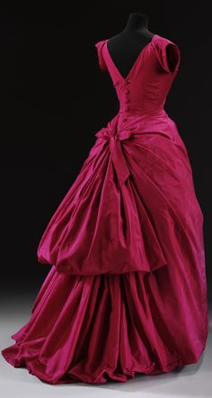 Evening dress by Cristobal Balenciaga, ca 1955 The Golden Age of Couture - Victoria and Albert Museum Vintage Gowns, Vintage Mode, Vintage Outfits, Vintage Clothing, Moda Fashion, 1950s Fashion, Vintage Fashion, Edwardian Fashion, Fashion Goth