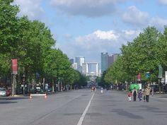 """Vista de Paris Arc de Triomphe de La Defense. La Défense es un moderno barrio de negocios situado al oeste de París, como prolongación del """"axe historique"""" (eje histórico) que comienza en el Louvre y prosigue por la avenida de los Campos Elíseos, el Arco de Triunfo, y hasta el puente de Neuilly y el Arco de la Defensa o Grande Arche."""